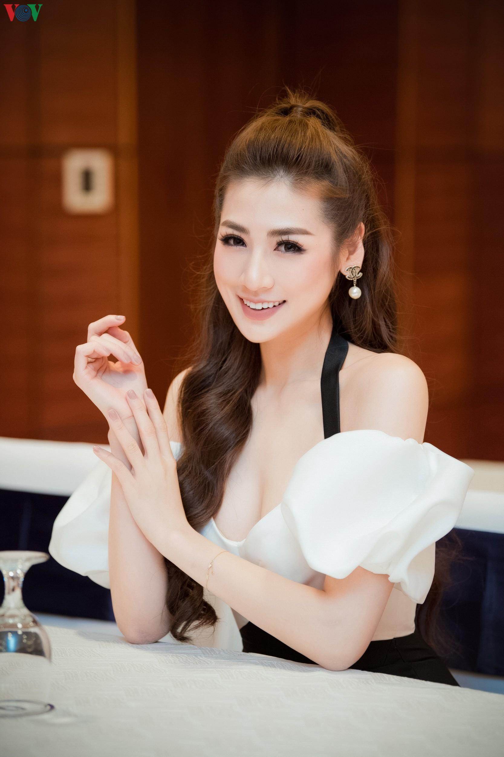 Á hậu Tú Anh khoe dáng 'mòn con mắt' với đầm trễ vai Ảnh 8
