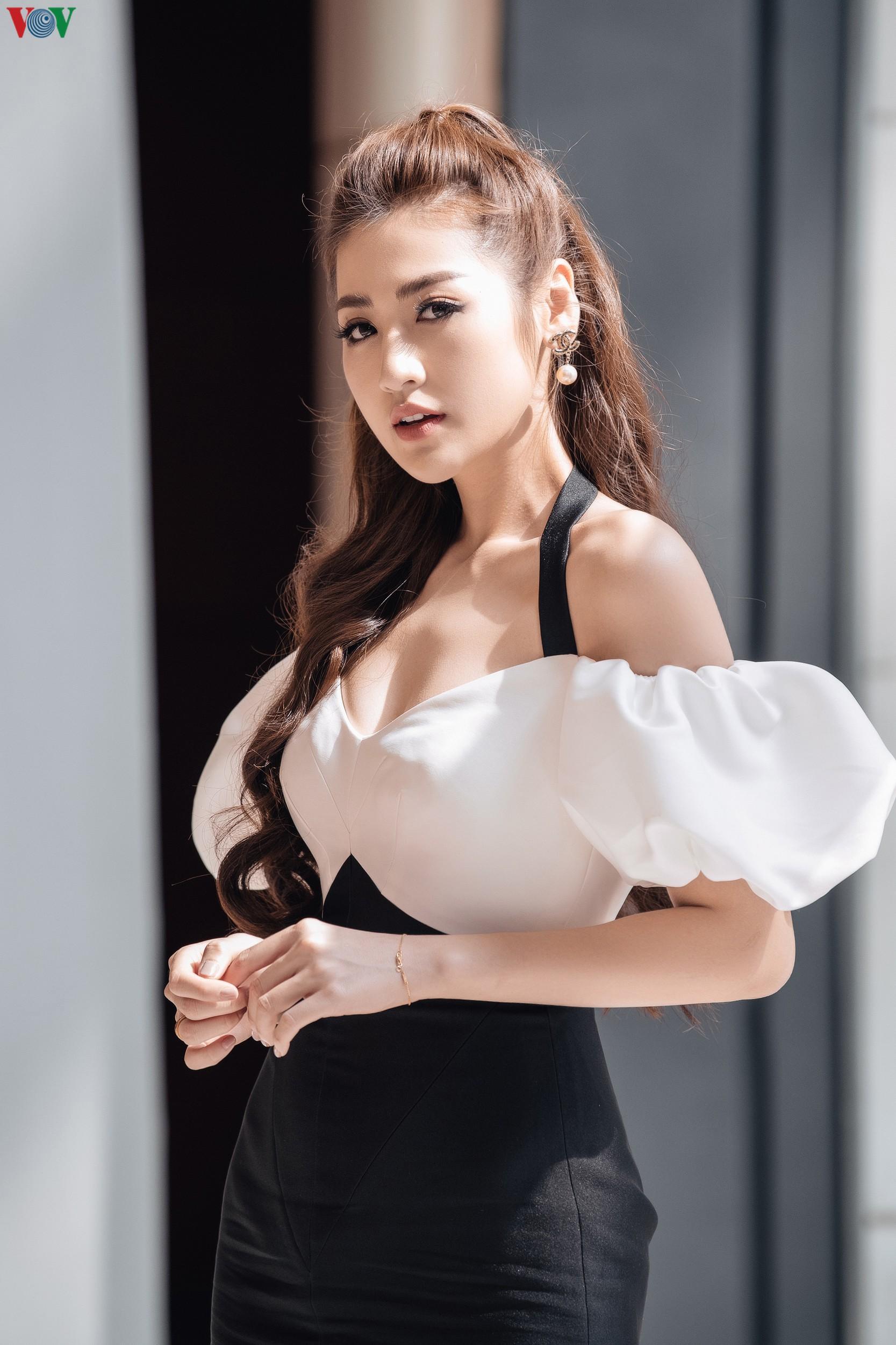 Á hậu Tú Anh khoe dáng 'mòn con mắt' với đầm trễ vai Ảnh 5