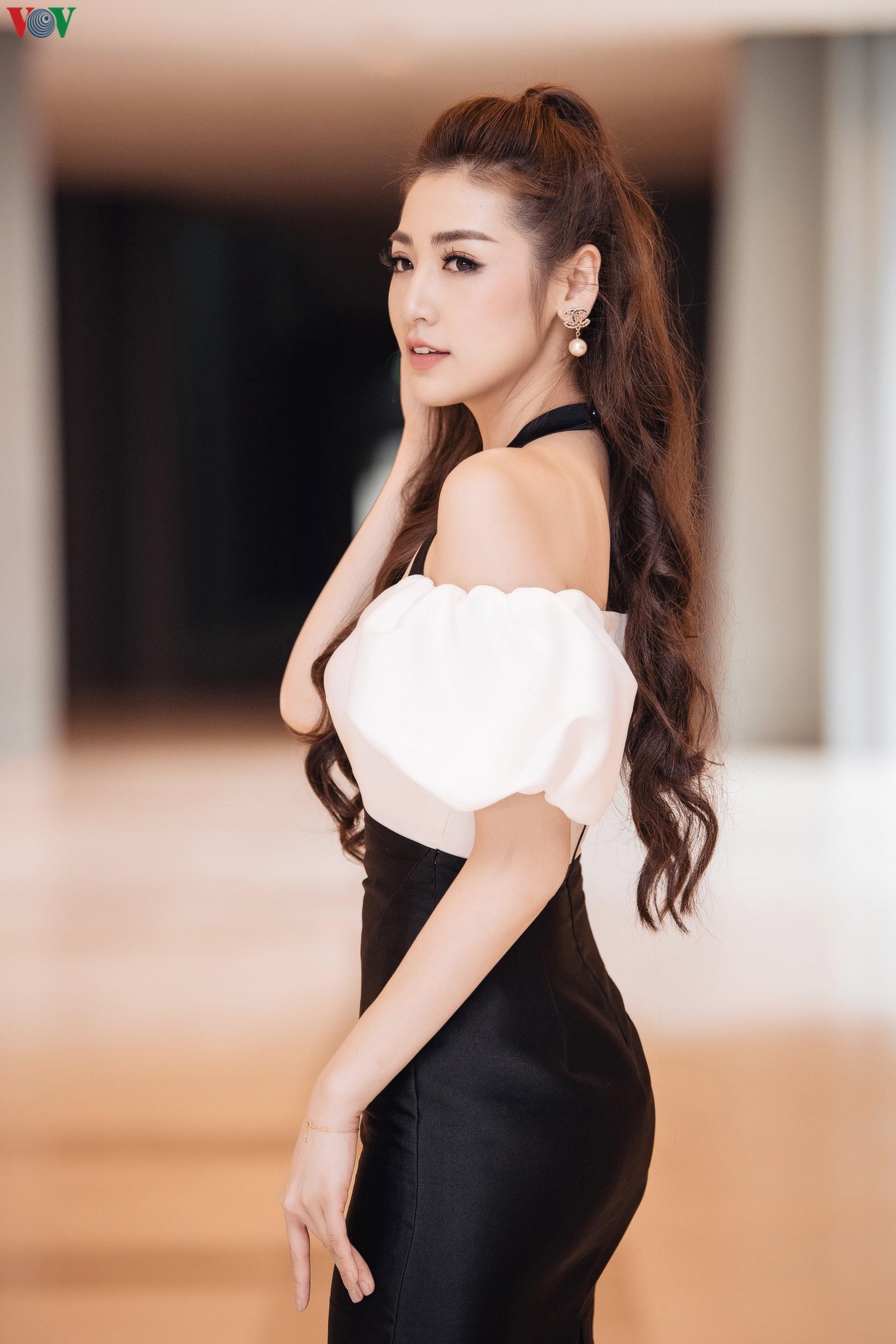 Á hậu Tú Anh khoe dáng 'mòn con mắt' với đầm trễ vai Ảnh 4