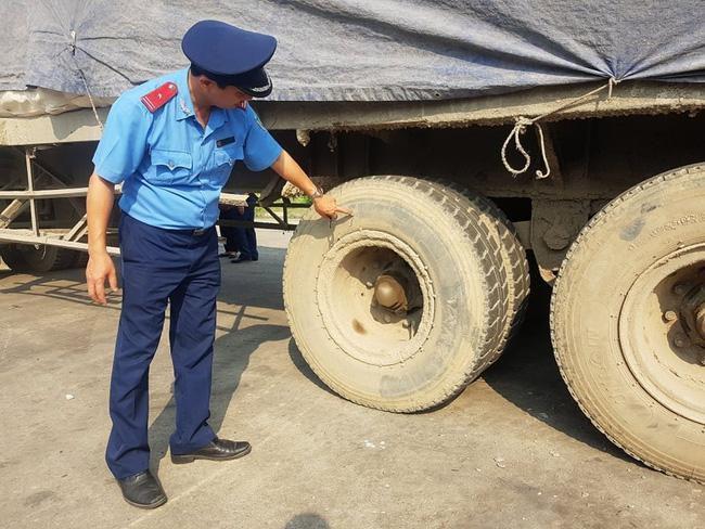 Ninh Bình: Kỳ lạ chiếc xe chở đầy hàng bị bỏ lại, cán bộ giao thông phải túc trực tìm chủ Ảnh 3