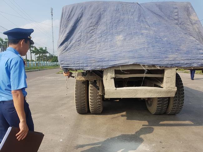 Ninh Bình: Kỳ lạ chiếc xe chở đầy hàng bị bỏ lại, cán bộ giao thông phải túc trực tìm chủ Ảnh 2