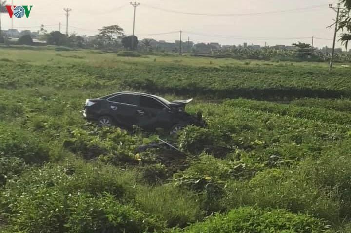 Ô tô va chạm xe máy rồi lao xuống ruộng, 1 người tử vong Ảnh 1