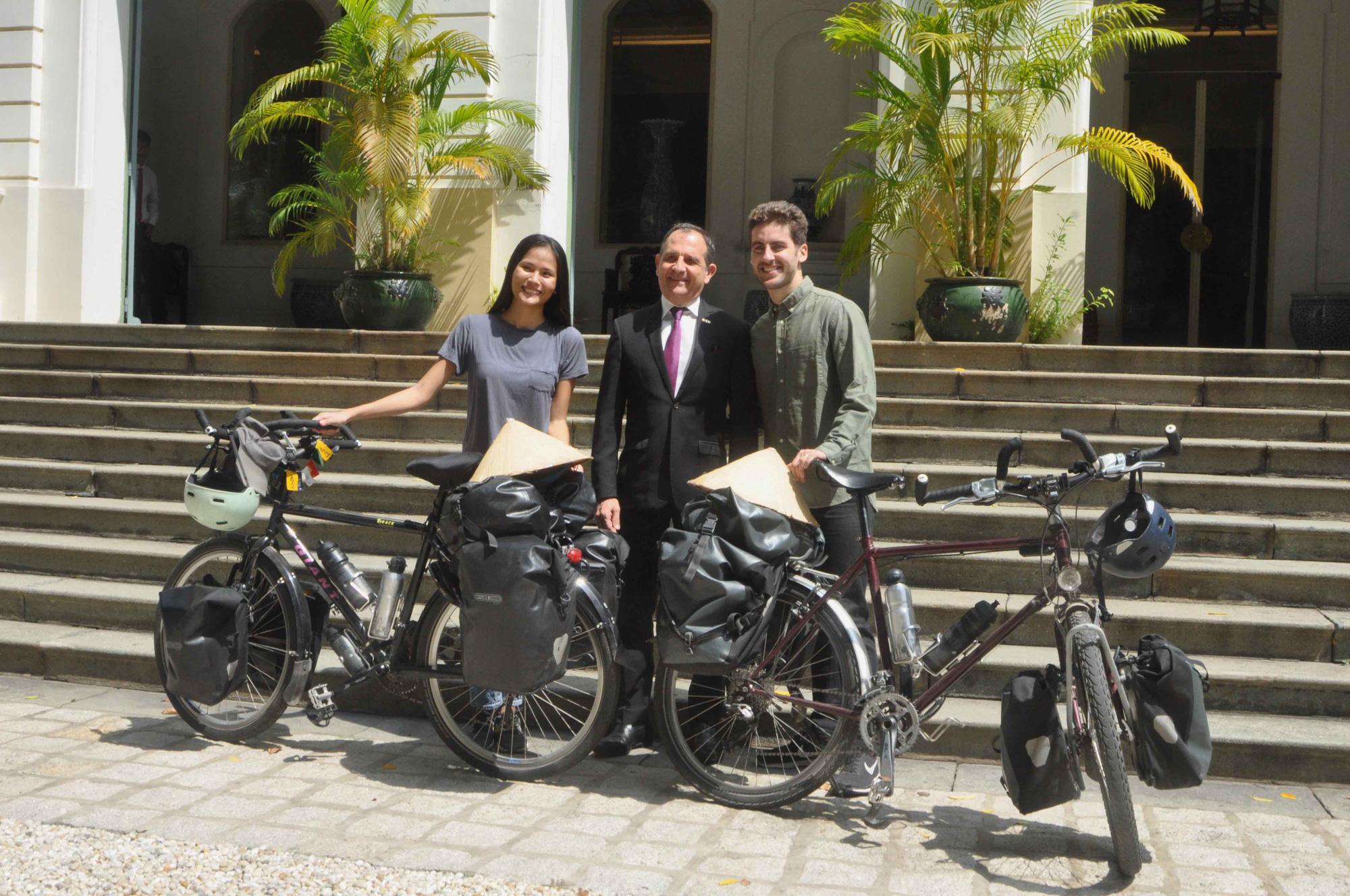 Cặp vợ chồng đạp xe 16.000km gây quỹ từ thiện cho trẻ em Ảnh 2