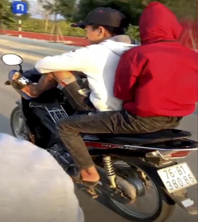 Thanh niên lái xe máy bằng chân bị phạt 8,5 triệu đồng Ảnh 1
