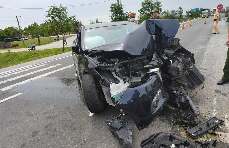 Tông vào dải phân cách, ô tô nát đầu, 4 người bị thương nặng Ảnh 1