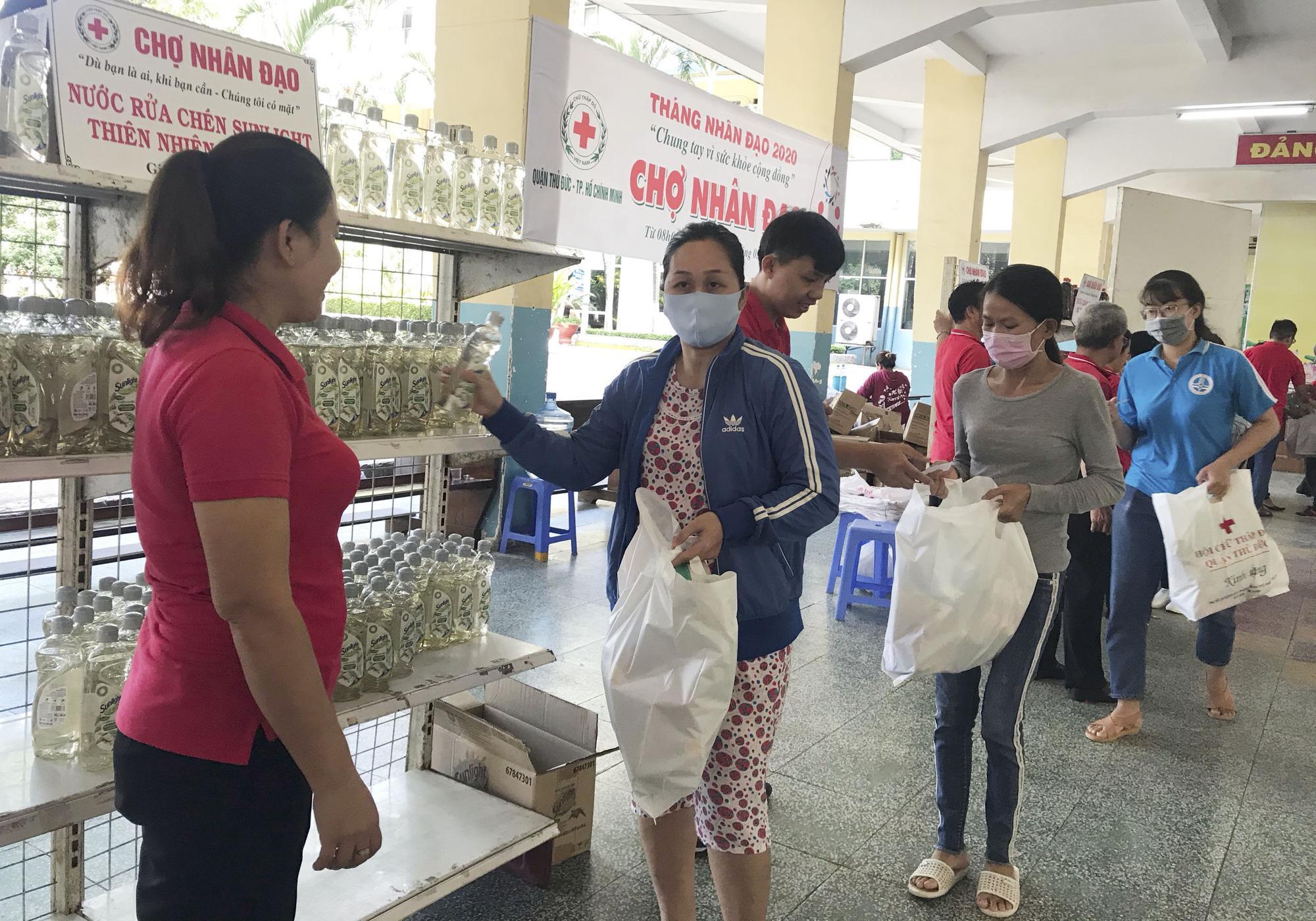 TP.HCM: Hơn 91 triệu đồng trao tặng người nghèo tại 'Chợ nhân đạo' Ảnh 3