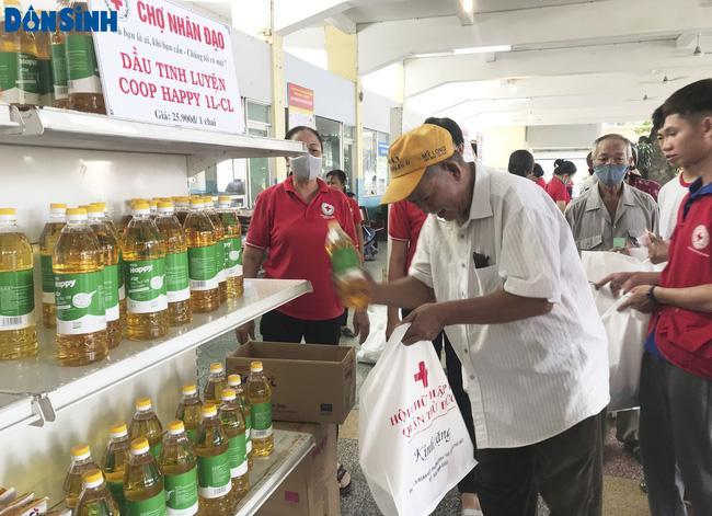 TP.HCM: Hơn 91 triệu đồng trao tặng người nghèo tại 'Chợ nhân đạo' Ảnh 2