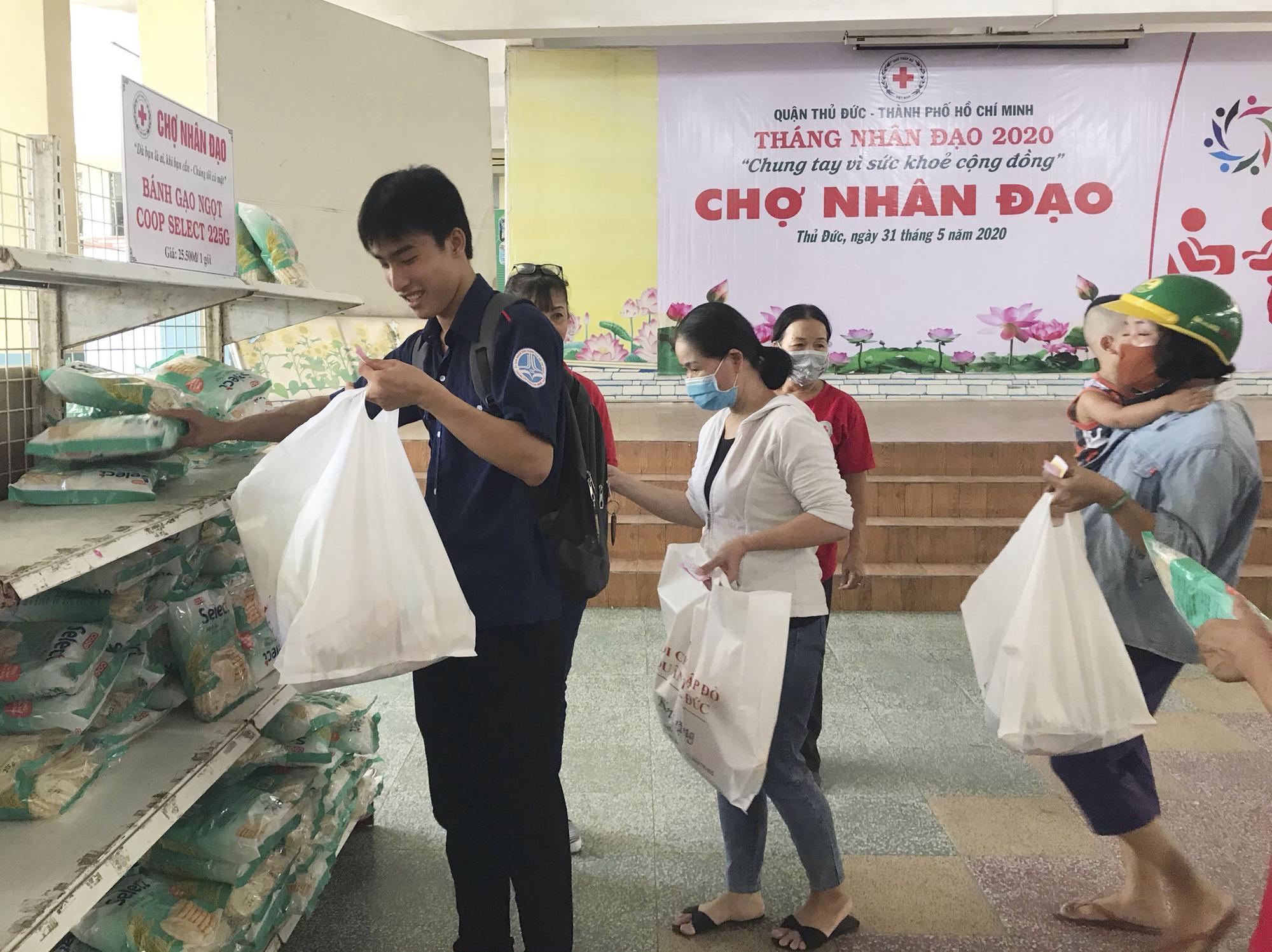 TP.HCM: Hơn 91 triệu đồng trao tặng người nghèo tại 'Chợ nhân đạo' Ảnh 5