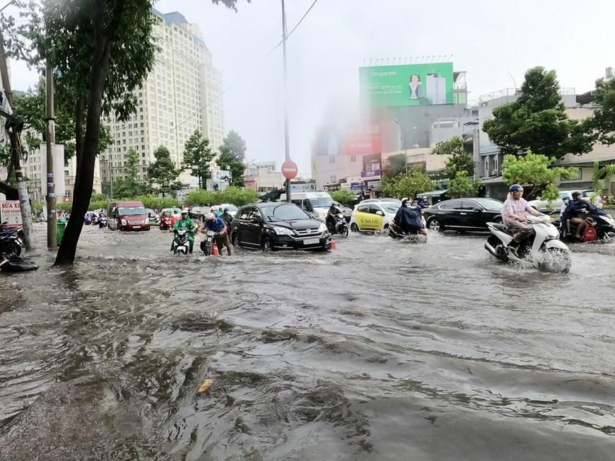 Nhiều tuyến đường tại Thành phố Hồ Chí Minh ngập sau cơn mưa lớn Ảnh 5