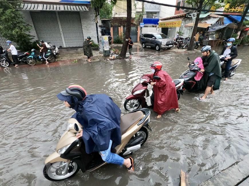 Nhiều tuyến đường tại Thành phố Hồ Chí Minh ngập sau cơn mưa lớn Ảnh 2