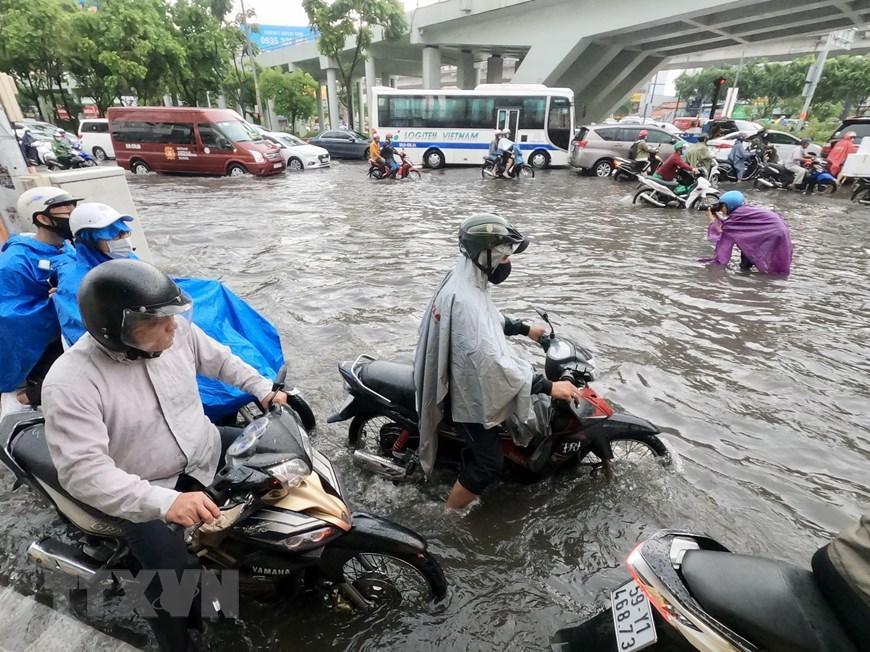 Nhiều tuyến đường tại Thành phố Hồ Chí Minh ngập sau cơn mưa lớn Ảnh 6
