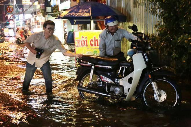 Đường phố lại thành sông sau mưa lớn, người Sài Gòn bì bõm đẩy xe lội bộ về nhà trong đêm Ảnh 8