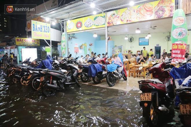 Đường phố lại thành sông sau mưa lớn, người Sài Gòn bì bõm đẩy xe lội bộ về nhà trong đêm Ảnh 13