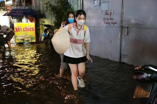 Đường phố lại thành sông sau mưa lớn, người Sài Gòn bì bõm đẩy xe lội bộ về nhà trong đêm Ảnh 9