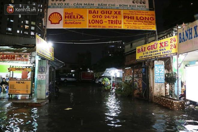 Đường phố lại thành sông sau mưa lớn, người Sài Gòn bì bõm đẩy xe lội bộ về nhà trong đêm Ảnh 10