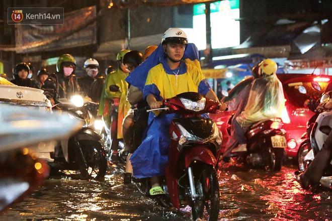 Đường phố lại thành sông sau mưa lớn, người Sài Gòn bì bõm đẩy xe lội bộ về nhà trong đêm Ảnh 5