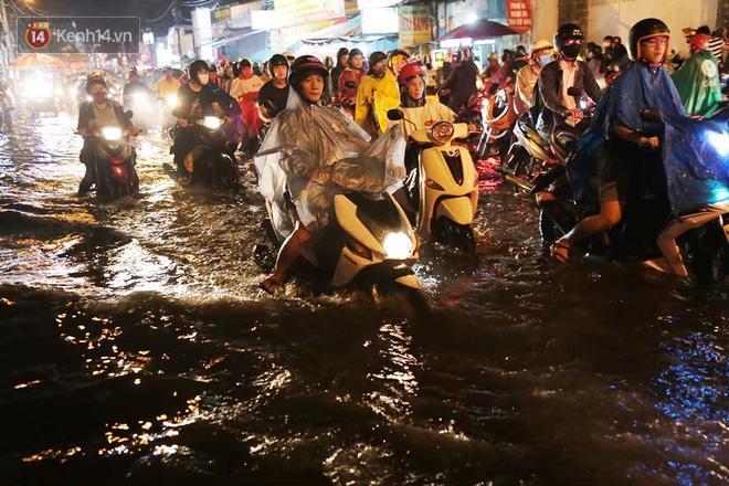 Đường phố lại thành sông sau mưa lớn, người Sài Gòn bì bõm đẩy xe lội bộ về nhà trong đêm Ảnh 1