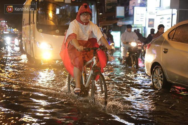 Đường phố lại thành sông sau mưa lớn, người Sài Gòn bì bõm đẩy xe lội bộ về nhà trong đêm Ảnh 21