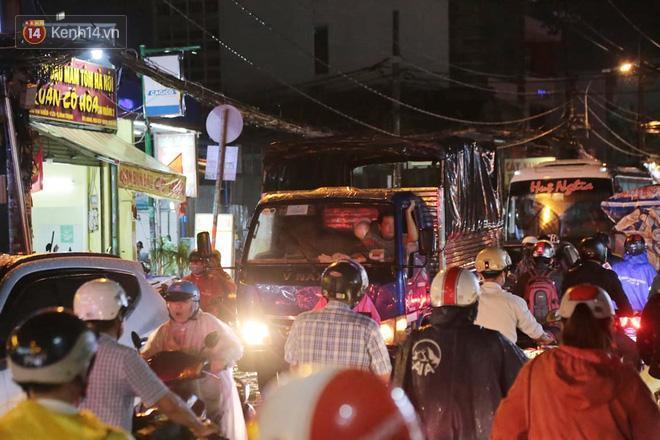 Đường phố lại thành sông sau mưa lớn, người Sài Gòn bì bõm đẩy xe lội bộ về nhà trong đêm Ảnh 3