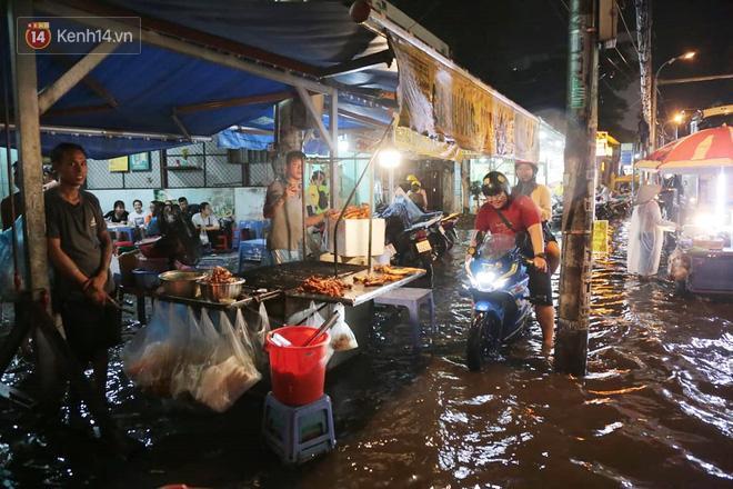 Đường phố lại thành sông sau mưa lớn, người Sài Gòn bì bõm đẩy xe lội bộ về nhà trong đêm Ảnh 11