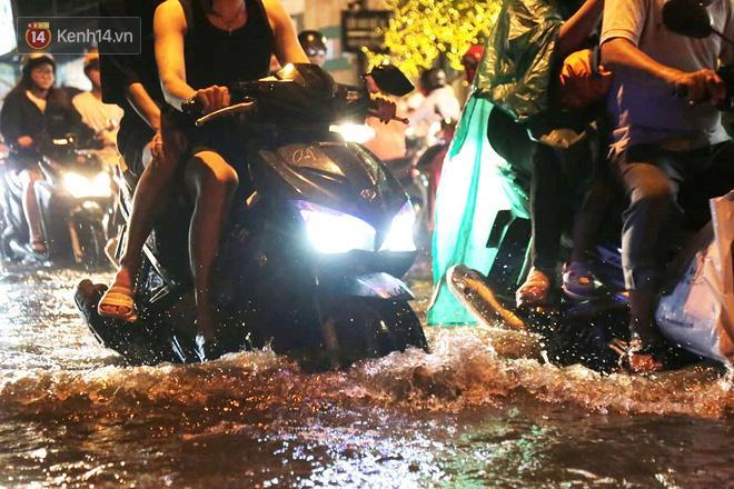 Đường phố lại thành sông sau mưa lớn, người Sài Gòn bì bõm đẩy xe lội bộ về nhà trong đêm Ảnh 15