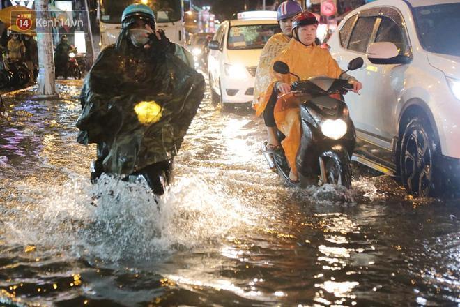 Đường phố lại thành sông sau mưa lớn, người Sài Gòn bì bõm đẩy xe lội bộ về nhà trong đêm Ảnh 20
