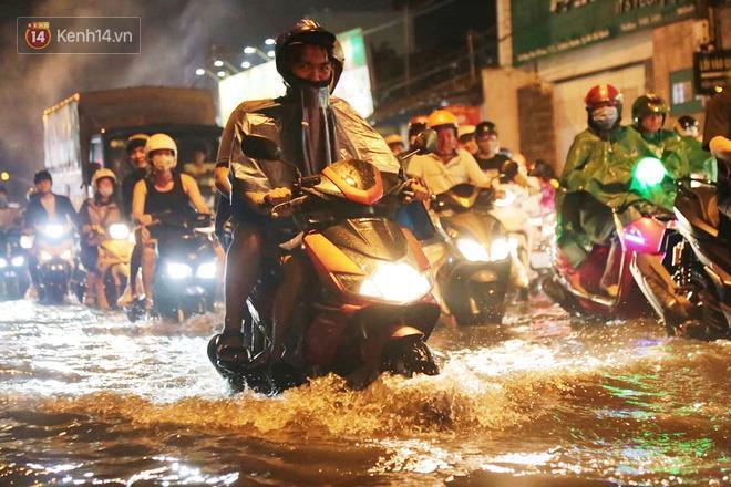 Đường phố lại thành sông sau mưa lớn, người Sài Gòn bì bõm đẩy xe lội bộ về nhà trong đêm Ảnh 4