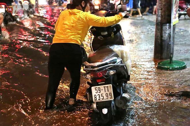 Đường phố lại thành sông sau mưa lớn, người Sài Gòn bì bõm đẩy xe lội bộ về nhà trong đêm Ảnh 23