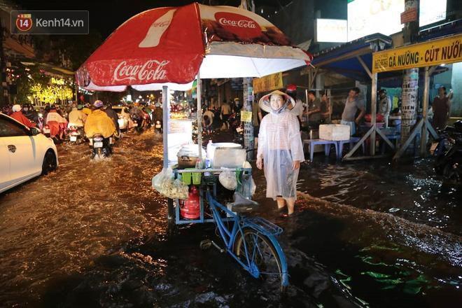 Đường phố lại thành sông sau mưa lớn, người Sài Gòn bì bõm đẩy xe lội bộ về nhà trong đêm Ảnh 12