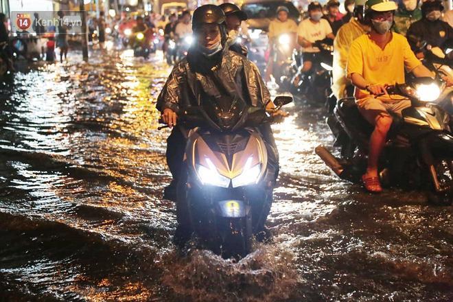 Đường phố lại thành sông sau mưa lớn, người Sài Gòn bì bõm đẩy xe lội bộ về nhà trong đêm Ảnh 7