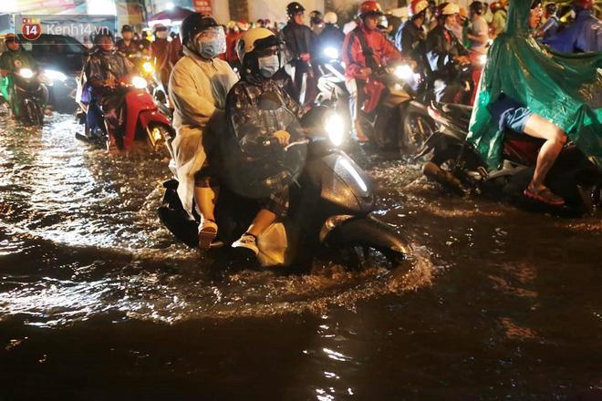 Đường phố lại thành sông sau mưa lớn, người Sài Gòn bì bõm đẩy xe lội bộ về nhà trong đêm Ảnh 6