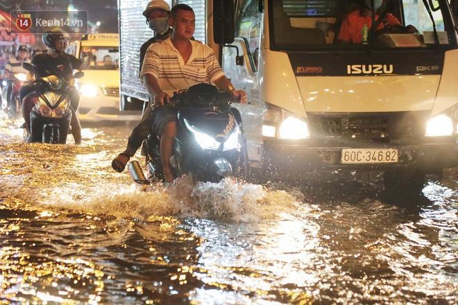 Đường phố lại thành sông sau mưa lớn, người Sài Gòn bì bõm đẩy xe lội bộ về nhà trong đêm Ảnh 17