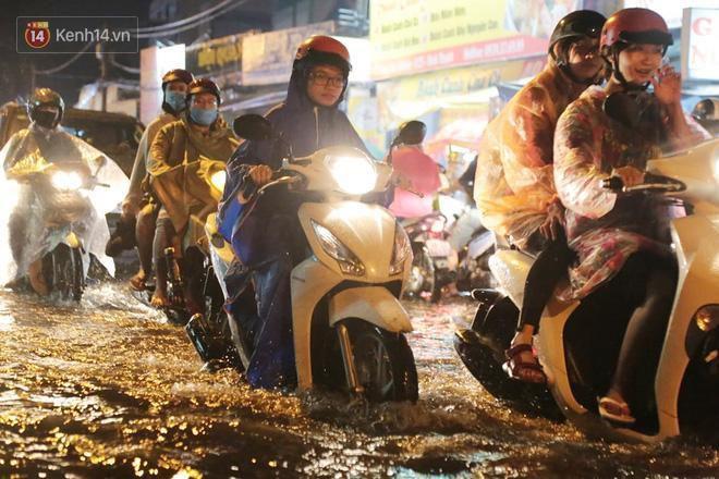Đường phố lại thành sông sau mưa lớn, người Sài Gòn bì bõm đẩy xe lội bộ về nhà trong đêm Ảnh 19