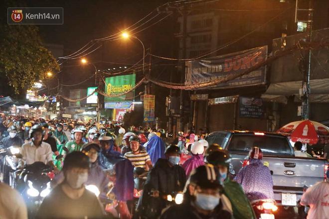 Đường phố lại thành sông sau mưa lớn, người Sài Gòn bì bõm đẩy xe lội bộ về nhà trong đêm Ảnh 2