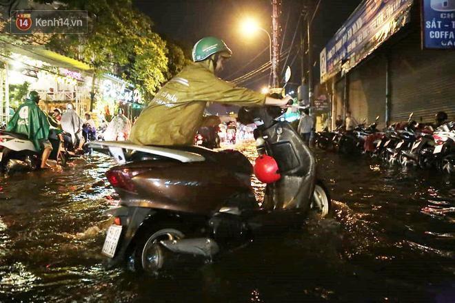 Đường phố lại thành sông sau mưa lớn, người Sài Gòn bì bõm đẩy xe lội bộ về nhà trong đêm Ảnh 16