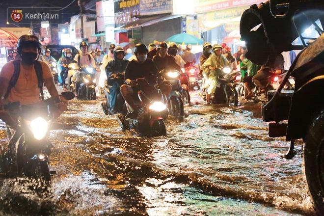Đường phố lại thành sông sau mưa lớn, người Sài Gòn bì bõm đẩy xe lội bộ về nhà trong đêm Ảnh 22