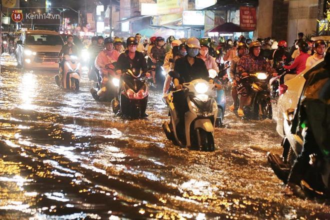 Đường phố lại thành sông sau mưa lớn, người Sài Gòn bì bõm đẩy xe lội bộ về nhà trong đêm Ảnh 14