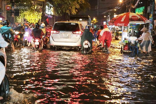 Đường phố lại thành sông sau mưa lớn, người Sài Gòn bì bõm đẩy xe lội bộ về nhà trong đêm Ảnh 18