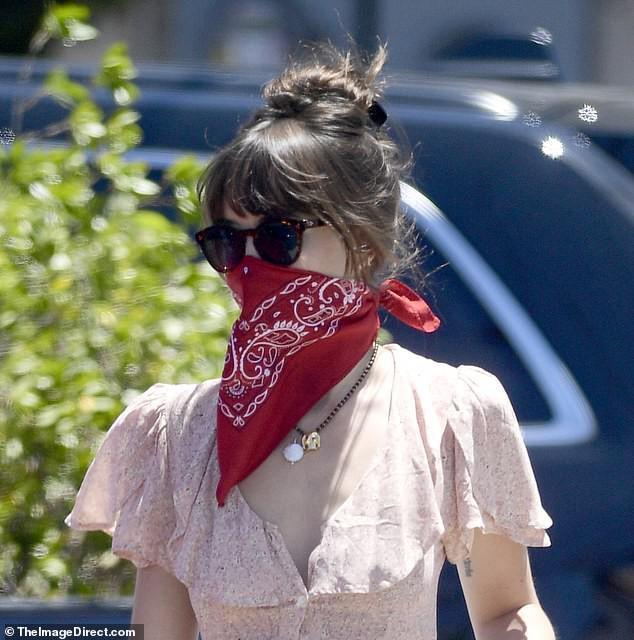 Mỹ nhân '50 sắc thái' dùng khăn che miệng ra phố trong ngày nắng nóng Ảnh 2