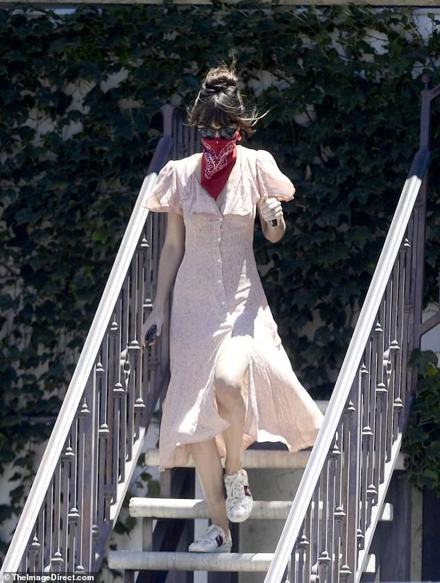 Mỹ nhân '50 sắc thái' dùng khăn che miệng ra phố trong ngày nắng nóng Ảnh 1