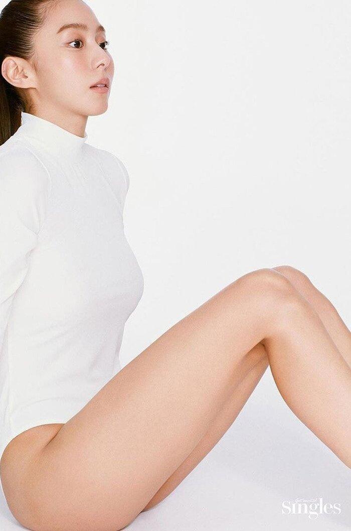 UEE khoe tạo hình khác lạ, vóc dáng không chút mỡ thừa trong bộ ảnh bán khỏa thân cho tạp chí 'Singles' Ảnh 3