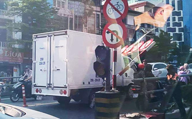 Xe tải lại húc đổ thanh chắn hạn chế chiều cao cầu vượt nút giao Tây Sơn - Thái Hà Ảnh 1