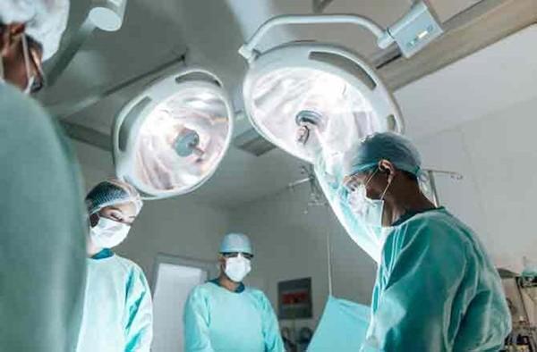 Các bác sĩ thực hiện ca mổ hiếm gặp, cứu em bé 2 tuổi nuốt 2 viên nam châm Ảnh 2