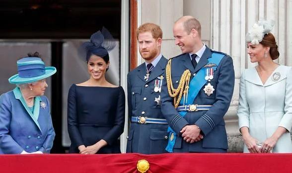 Vì sao Kate và Meghan luôn chọn trang phục kém nổi bật hơn Nữ hoàng? Ảnh 2