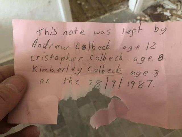 Bật khóc phát hiện bí mật trong chiếc chai giấu trong tường của ngôi nhà cũ Ảnh 2