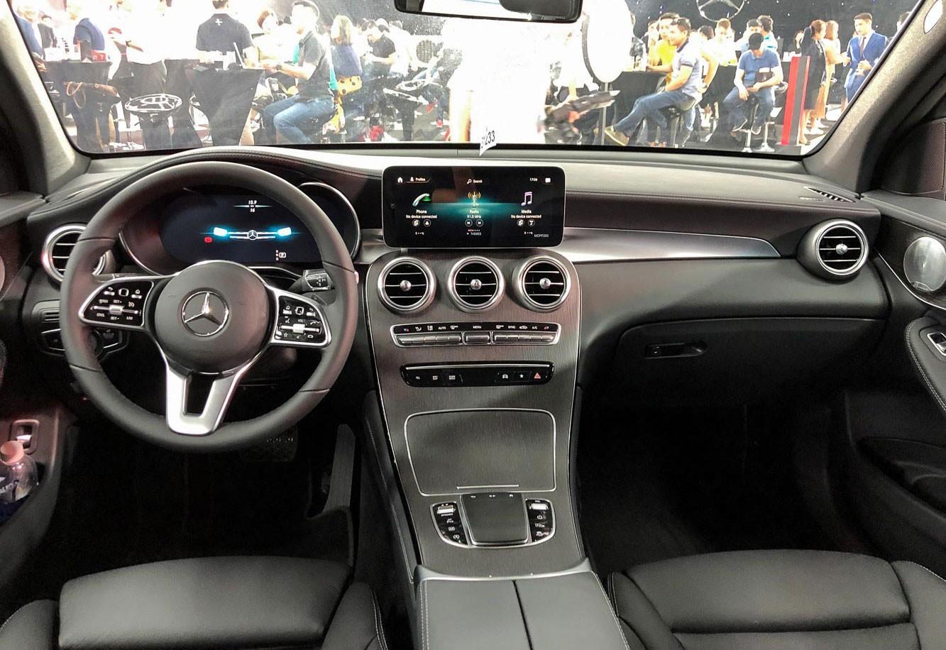 Xế Mercedes hơn 2 tỷ của Quang Hải có gì thu hút? Ảnh 2