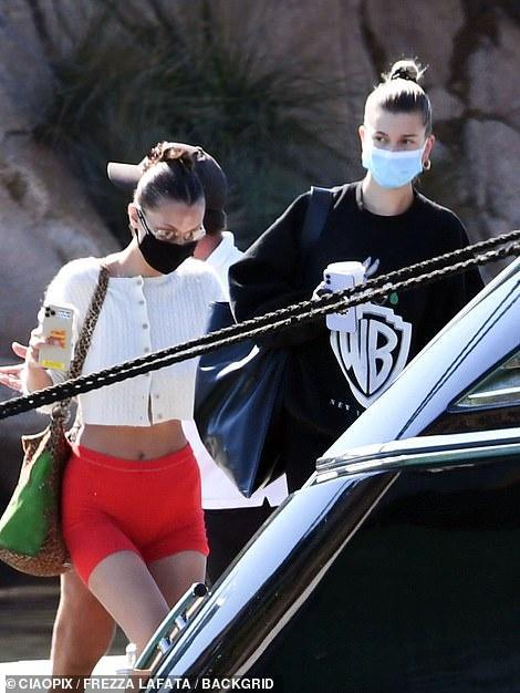 Hailey Bieber và Bella Hadid tắm nắng trên du thuyền ở Italy Ảnh 8