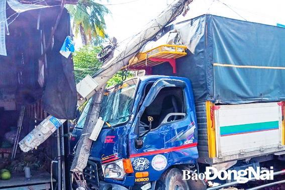 Xe tải mất lái tông gãy trụ điện Ảnh 1