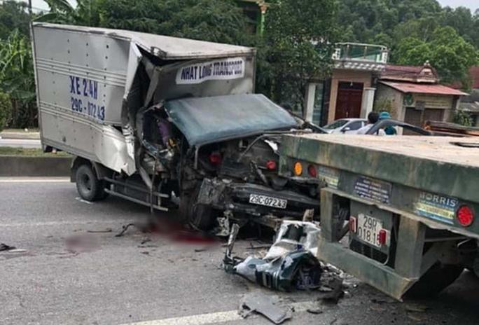 Xe tải tông đuôi xe đầu kéo, phụ xe đứt lìa cánh tay Ảnh 1