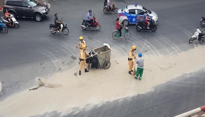 Dọn cát rơi vãi trên đường, CSGT Hà Nội được người đi đường tặng khẩu trang Ảnh 1